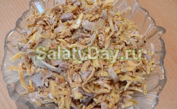 Классический салат с копченой курицей и блинами