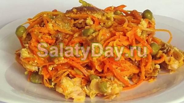 Салат с копченой курицей, корейской морковкой и японским омлетом