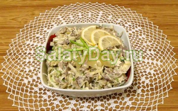 Салат из куриных желудков и маринованных огурцов