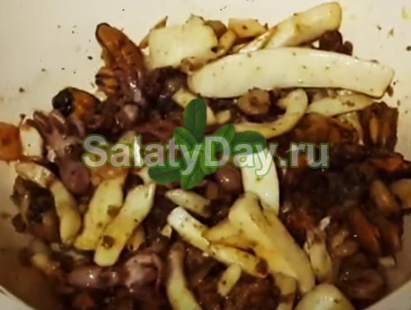 Салат-коктейль из морепродуктов – кальмары, мидии, креветки, осьминожки
