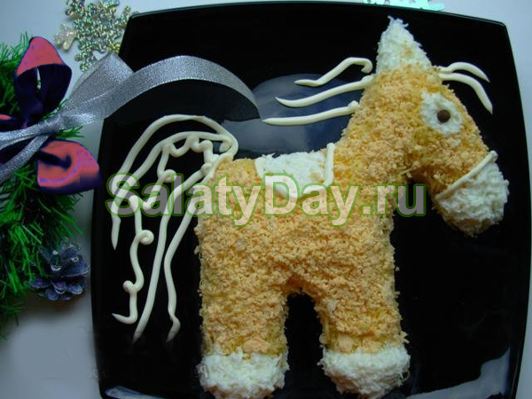 Салат «Лошадка» с говядиной, яйцом, сыром и маринованным луком