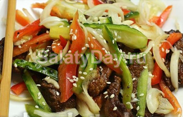 Салат из говядины с маринованным луком и овощами