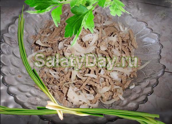Вкуснейший салат из печени (говяжьей) с маринованным луком