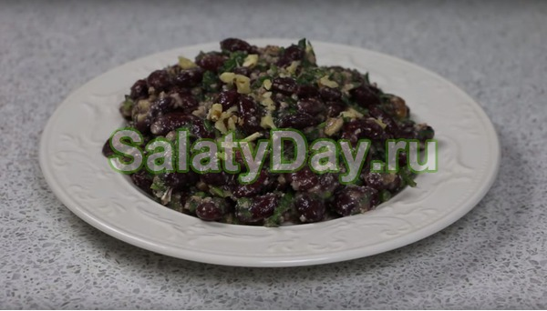Салат из красной фасоли с орехами
