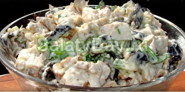 Салат с фасолью, курицей и черносливом