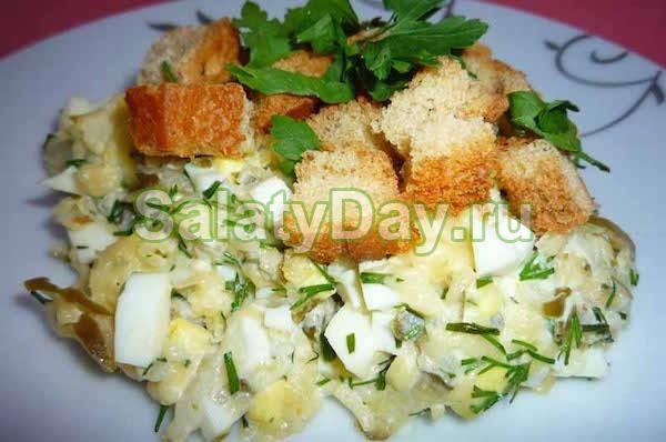 Салат с курицей и кукурузой и сухариками