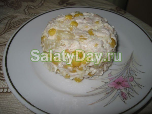Салат с курицей и кукурузой и ананасами