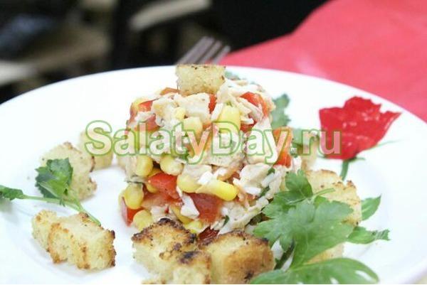 Салат с курицей и кукурузой и помидорами