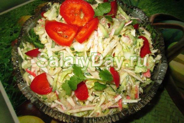 Салат из пекинской капусты с крабовыми палочками и помидором