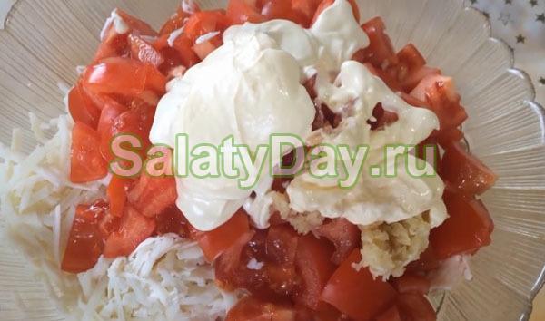 Салат обжорка с копченой курицей, сыром и помидорами