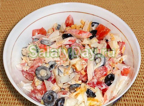 Салат с оливками, крабовыми палочками и сыром