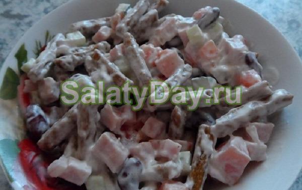Салат «Александра» с фасолью, копченой курицей и помидорами