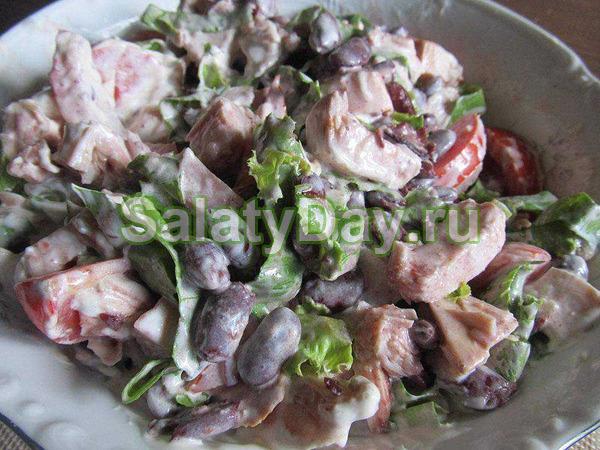 Салат с фасолью и копченой курицей в листах зеленого салата