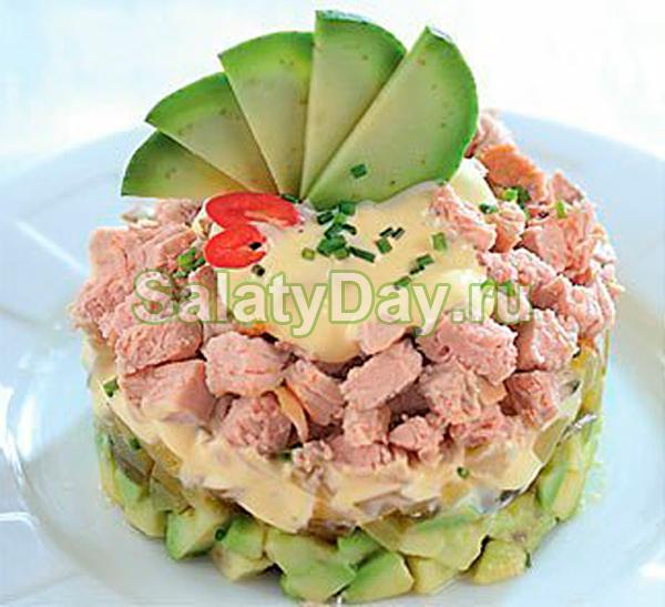 Слоеный салат из запеченного мяса с авокадо и маринованными огурчиками