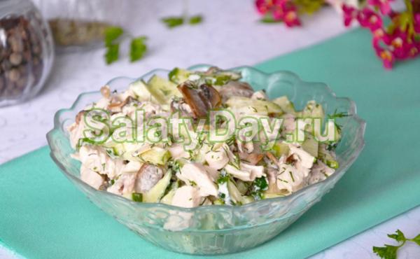 Салат с копчёной курицей, шампиньонами, свежим огурчиком