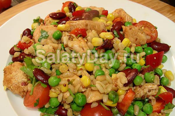 Салат из курицы с булгуром, фасолью и овощами