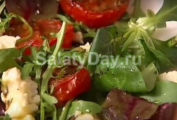 Салат из вяленых помидор, козьего сыра и рукколы