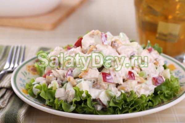 Салат с фасолью, ветчиной, сыром и яблоком
