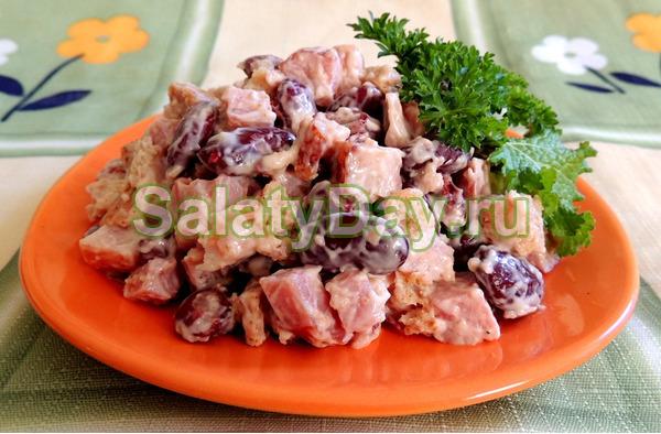 Салат с фасолью, ветчиной и ананасами