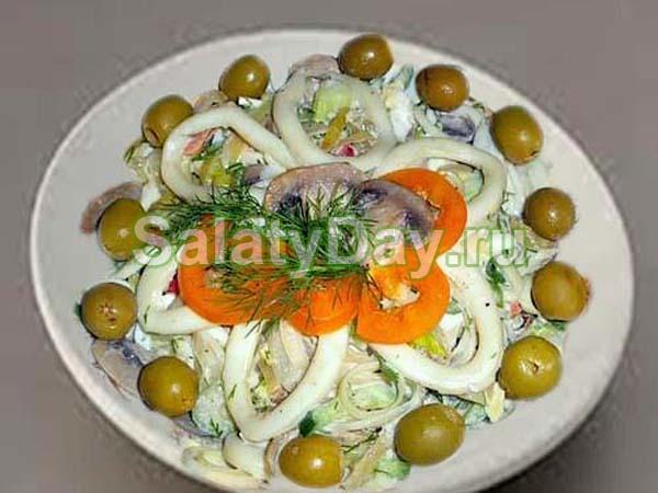 Салат «Праздничный» с кальмарами и грибами