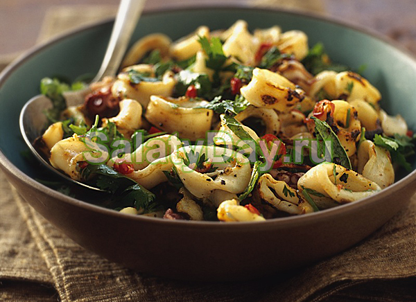 Салат с кальмарами, грибами и оливками