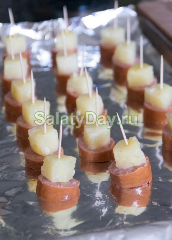 Канапе с вареной колбасой и ананасом