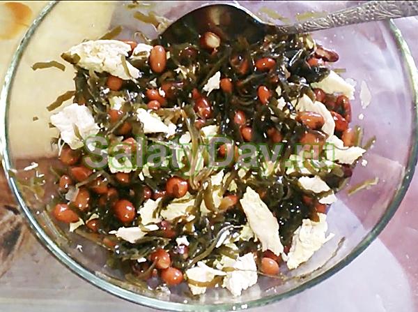 Салат с курицей, фасолью и морской капустой