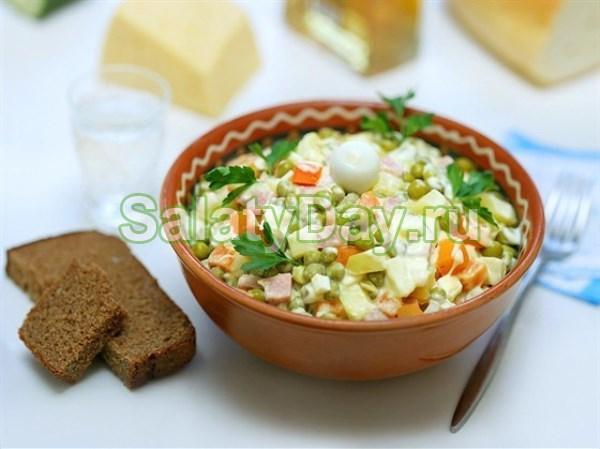 Русский салат с грибами и ветчиной
